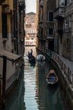 长平底船,威尼斯,意大利运河  库存图片
