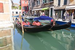 长平底船-威尼斯,狭窄的旁边渠道,威尼斯,意大利的标志 库存照片