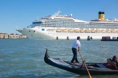 长平底船&巨大的游轮在威尼斯意大利 免版税库存照片