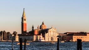 长平底船marco广场圣日落威尼斯视图 免版税库存照片