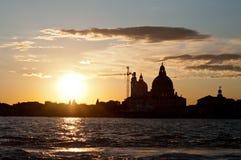 长平底船marco广场圣日落威尼斯视图 图库摄影