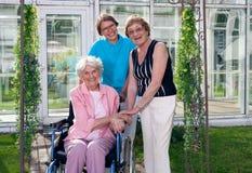 年长患者在家庭院的照料者 免版税库存图片