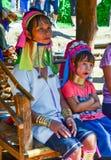 长收缩的卡扬母亲和女儿在泰国 图库摄影