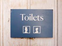 长方形公共厕所在与男人和妇女象的门签字 库存照片