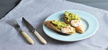 长方形宝石、鸡蛋和鲕梨早餐  库存图片