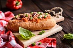 长方形宝石充塞用肉末、西红柿酱、甜椒、豆、葱、大蒜和乳酪 免版税图库摄影