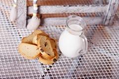 长方形宝石和牛奶在一个水罐在桌上 库存照片