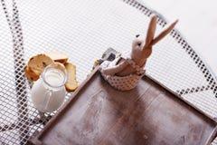 长方形宝石和牛奶在一个水罐在桌上 库存图片