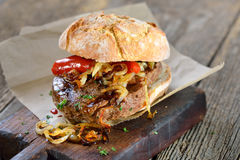 长方形宝石牛肉面包干酪可口山羊烤了洋葱卷s三明治敬酒的菠菜牛排 免版税库存图片