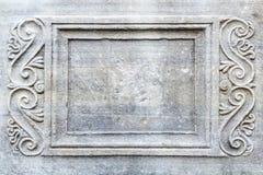 长方形框架特写镜头与被刻记的装饰品的在古老石石棺在一个公园 库存照片