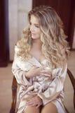 长期卷发 美好的白肤金发的愉快的微笑的新娘女孩lookin 库存图片
