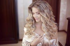 长期卷发 美好的白肤金发的愉快的微笑的新娘女孩lookin 库存照片