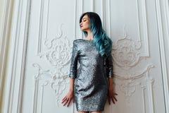 长期塑造华美的女孩画象有蓝色被染的头发的 美丽的晚上燕尾服 免版税图库摄影