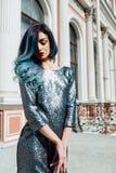长期塑造华美的女孩画象有蓝色被染的头发的 美丽的晚上燕尾服 库存图片