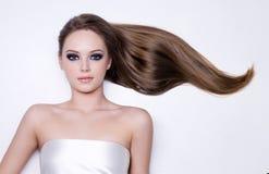长期头发平稳的平直的妇女 库存图片