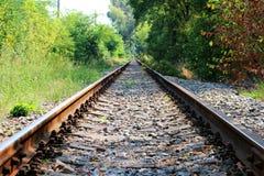 长期没有任何火车的被放弃的运输铁路 免版税图库摄影