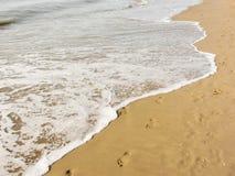 长期海从意大利海滩的海岸线 库存图片
