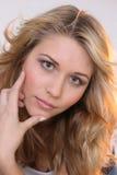 长期白肤金发的女孩头发 免版税库存照片