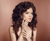 长期美丽的卷曲女孩头发 构成 被修剪的钉子 增殖比 库存图片