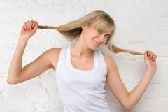 长期美丽的白肤金发的女孩头发 库存图片