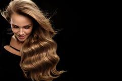 长期美丽的头发 与白肤金发的卷发的妇女模型 库存图片