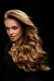 长期美丽的头发 与白肤金发的卷发的妇女模型 库存照片