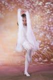 长期芭蕾白色礼服的女孩 免版税库存照片