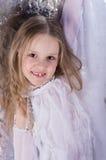 长期芭蕾白色礼服的女孩 免版税库存图片