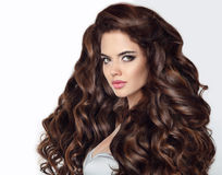 长期头发 与卷曲发光的ha的美丽的深色的妇女画象 图库摄影