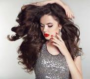 长期头发 构成 美丽的女孩纵向 深色的时尚wom 库存图片