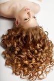 长期头发 波浪卷毛在沙龙的updo发型 时装模特儿, w 库存图片