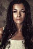 长期画象美丽的有吸引力的深色的妇女卷曲湿头发 库存图片