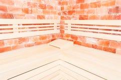 长木凳、盐墙壁和垫头之物支持在蒸汽浴 库存照片
