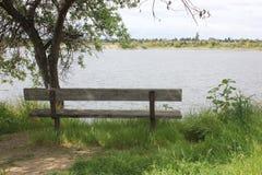 长木凳俯视的湖 库存图片