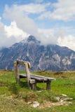 长木凳和在背景中奥地利阿尔卑斯 库存图片