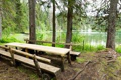 长木凳和桌 免版税库存照片