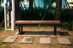 长木凳在公园在晚上 图库摄影
