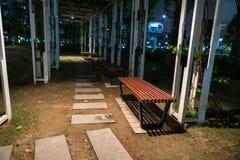 长木凳在公园在晚上 库存照片