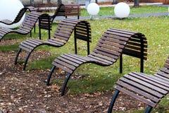 长木凳在城市公园 美好的表单 库存照片