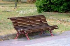 长木凳在城市公园 库存照片