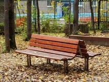 长木凳在城市公园 免版税库存图片