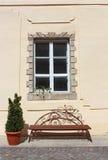 长木凳在围场乌日霍罗德城堡(乌克兰) 库存图片