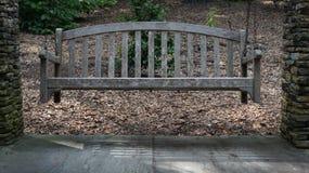 长木凳摇摆 免版税库存图片