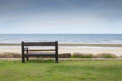长木凳有海视图 免版税库存照片