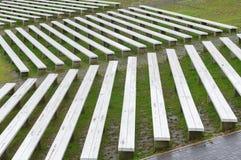 长木凳行在室外音乐会区域山坡的  库存照片