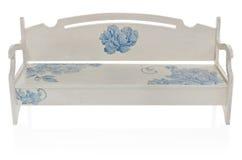 长木凳绘了与蓝色花的样式的白色 免版税图库摄影