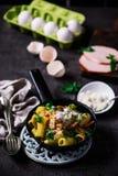 长柄浅锅五香熏牛肉carbonara 黑暗的照片 库存照片