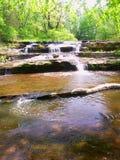 长柄浅锅小河小瀑布在威斯康辛 免版税库存照片