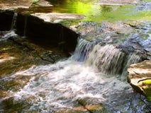 长柄浅锅小河小瀑布在威斯康辛 免版税图库摄影