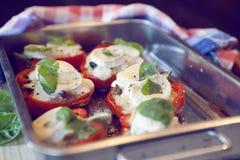 长柄浅锅用红色辣椒粉/胡椒和山羊乳干酪 免版税图库摄影